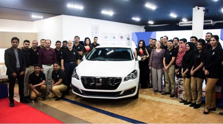 Fabuleux Grand lancement de la célèbre marque de voiture française  FW84